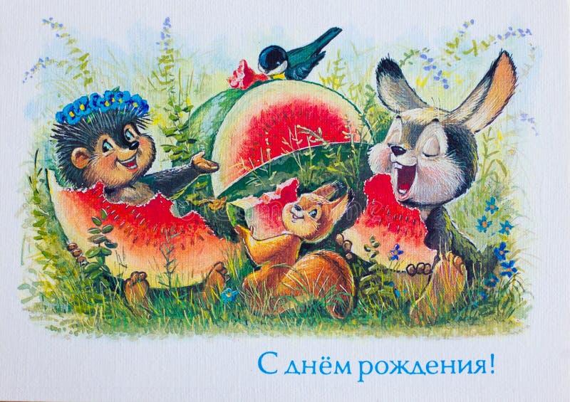 USSR CIRCA 1992 Vykortvisning: Igelkott, ekorre och kanin som äter vattenmelon CIRCA 1992 arkivfoton
