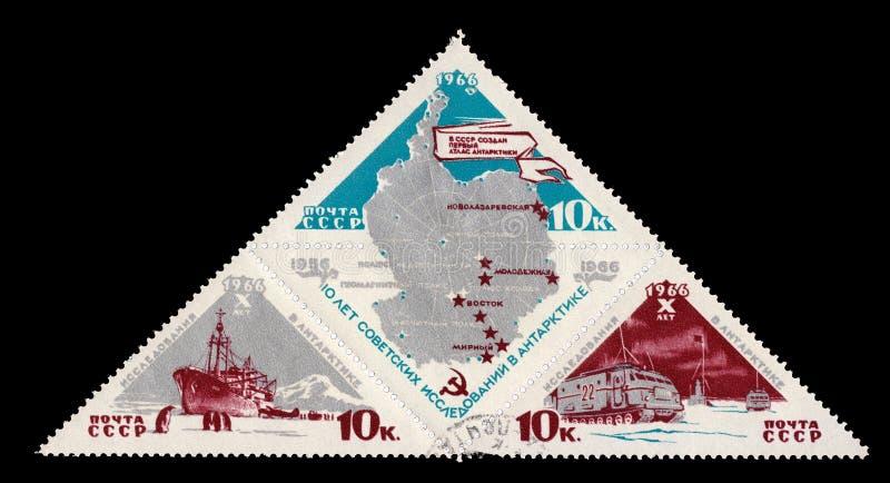 Ussr sowieci - zjednoczenie około 1966: Radziecki znaczek pocztowy Mark dedykujący dziesiąty rocznica początek rozwój zdjęcie royalty free