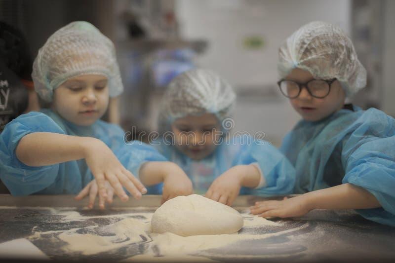 Ussuriisk, Russia 02 03 2018 sei bambini di anni produce le pizze alla pizzeria immagini stock libere da diritti