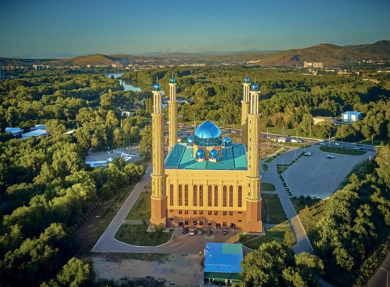 UST-KAMENOGORSK, KAZAKSTAN QAZAQSTAN - 10 augusti 2019: Vackert panoramasflyg - syn på centrala stadsmorsken i Oskemen royaltyfri bild