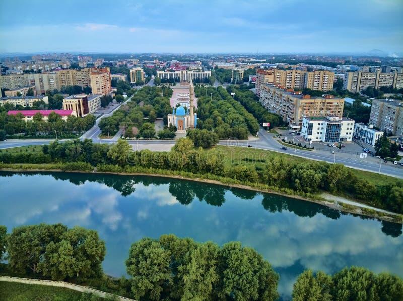 UST-KAMENOGORSK, KAZAKSTAN QAZAQSTAN - augusti 2019: Vackert panoramasflyg - syn på centrala stadsmorsken i Oskemen royaltyfri bild