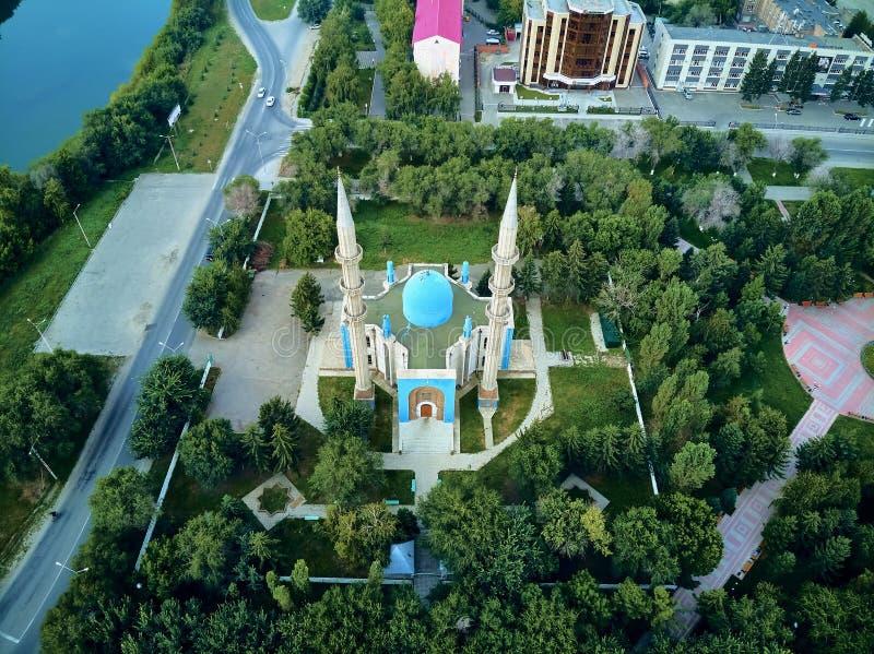 UST-KAMENOGORSK, KAZAKSTAN QAZAQSTAN - augusti 2019: Vackert panoramasflyg - syn på centrala stadsmorsken i Oskemen arkivbild