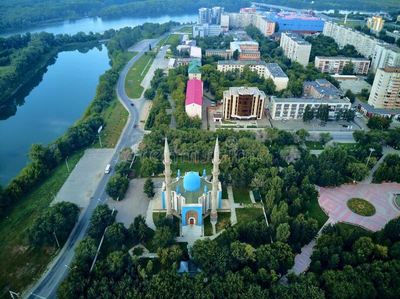 UST-KAMENOGORSK, KAZAKSTAN QAZAQSTAN - augusti 2019: Vackert panoramasflyg - syn på centrala stadsmorsken i Oskemen arkivbilder