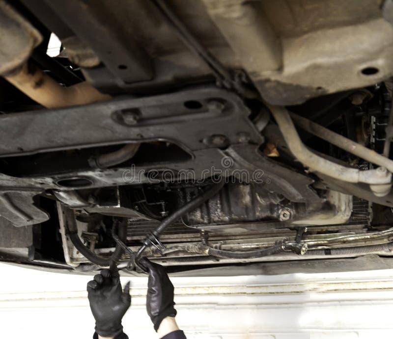 ustalanie odizolowane samochodowy samochodów mechanika ścinku ścieżki zawodowej warsztatu naprawy obraz stock