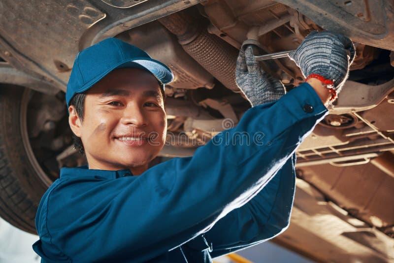 ustalanie odizolowane samochodowy samochodów mechanika ścinku ścieżki zawodowej warsztatu naprawy zdjęcia stock