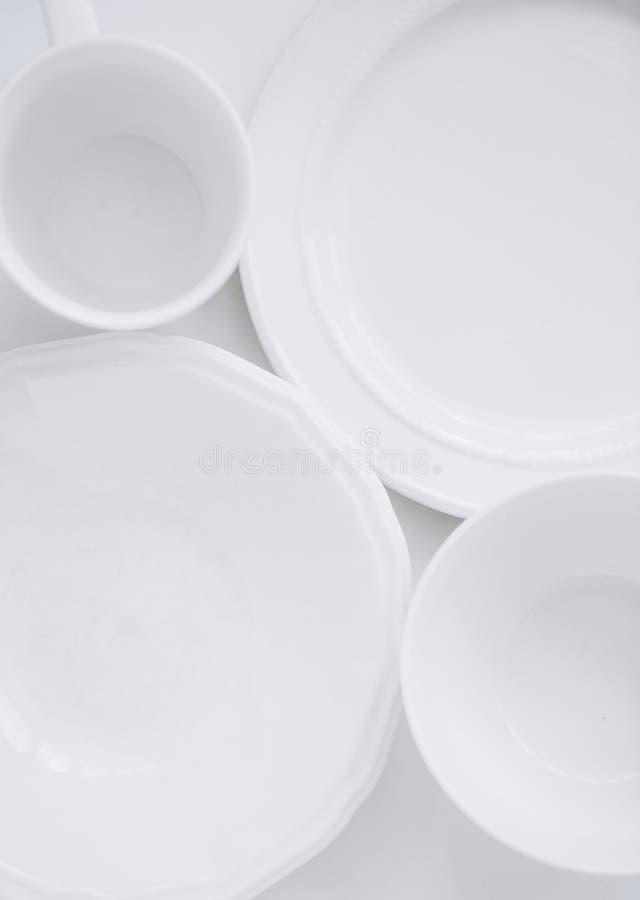 Ustaleni biali trzy naczyń talerzy filiżanki bielu różny tło fotografia stock
