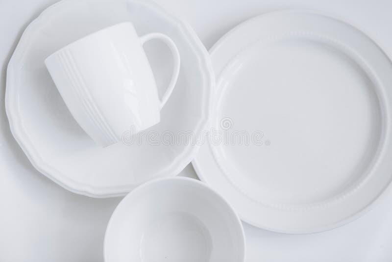 Ustaleni biali trzy naczyń talerzy filiżanki talerza bielu różny backgr obrazy stock