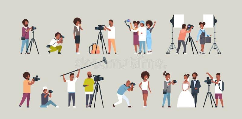 Ustaleni różni poza fotografowie, cameramans i używać kamery amerykanin afrykańskiego pochodzenia charakterów strzela wideo ilustracji