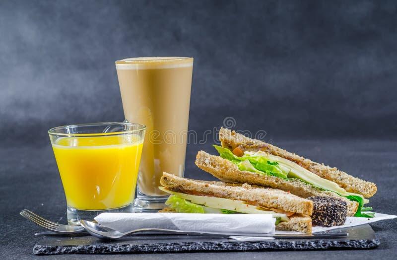 Ustalony składać się z dwa kanapki słodował chleb z rocznika chedd zdjęcia stock