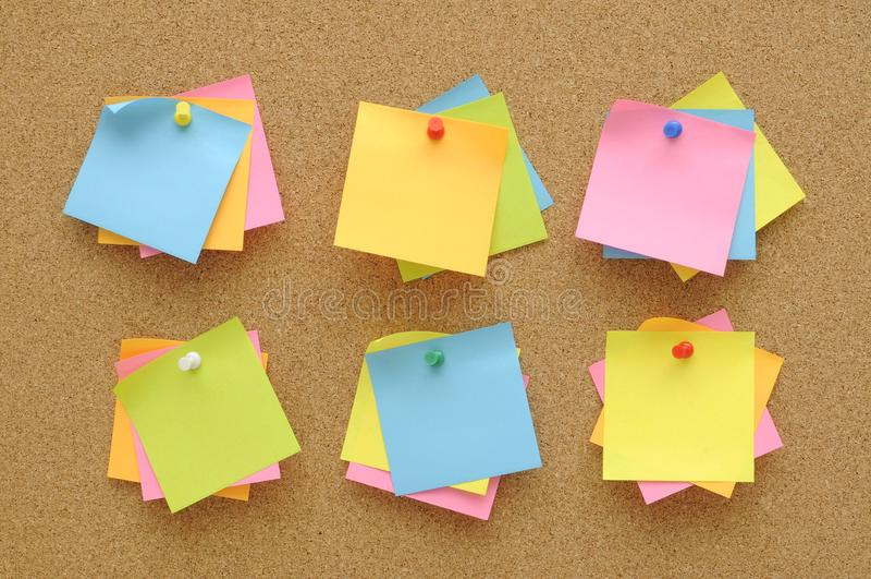 6 ustalonych kolorowi kleiste notatki pcha szpilki na korek desce zdjęcie stock