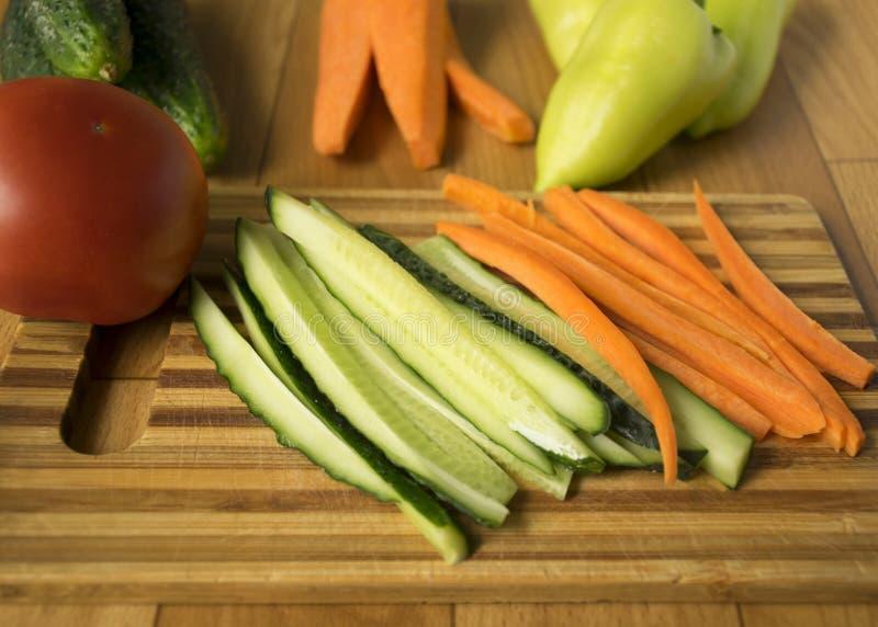 ustawi? warzywa ogórki, pieprze, pomidory i marchewki, Sk?adniki dla Sa?atki wegetarianizm zdjęcia stock