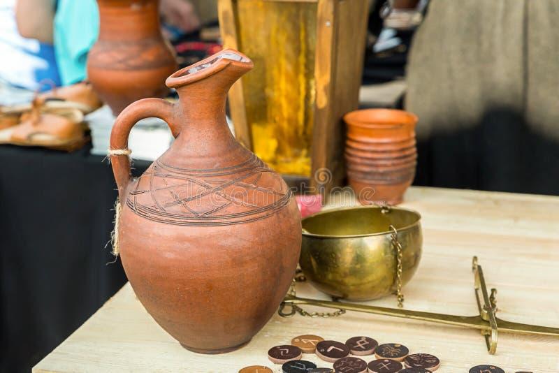 Ustawia tawerna stołu skal napoju wina płatniczy piwny duży dzbanek clayed monety rysuje średniowiecznego projekt fotografia royalty free