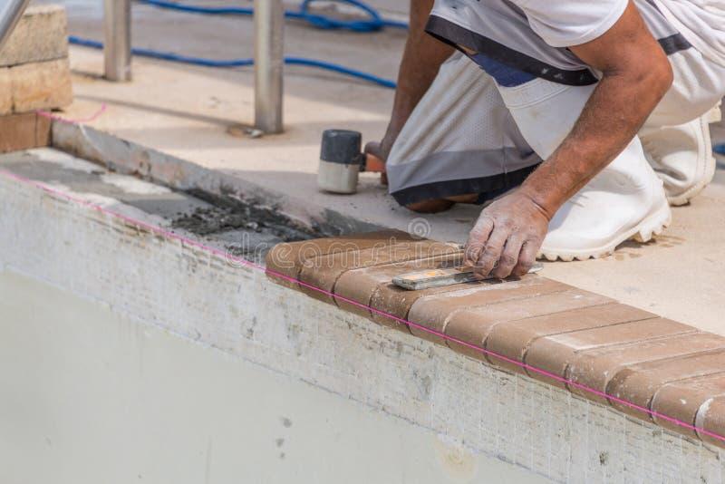 Ustawiający nowego ceglanego radzenie basenu przemodelowywa obraz stock