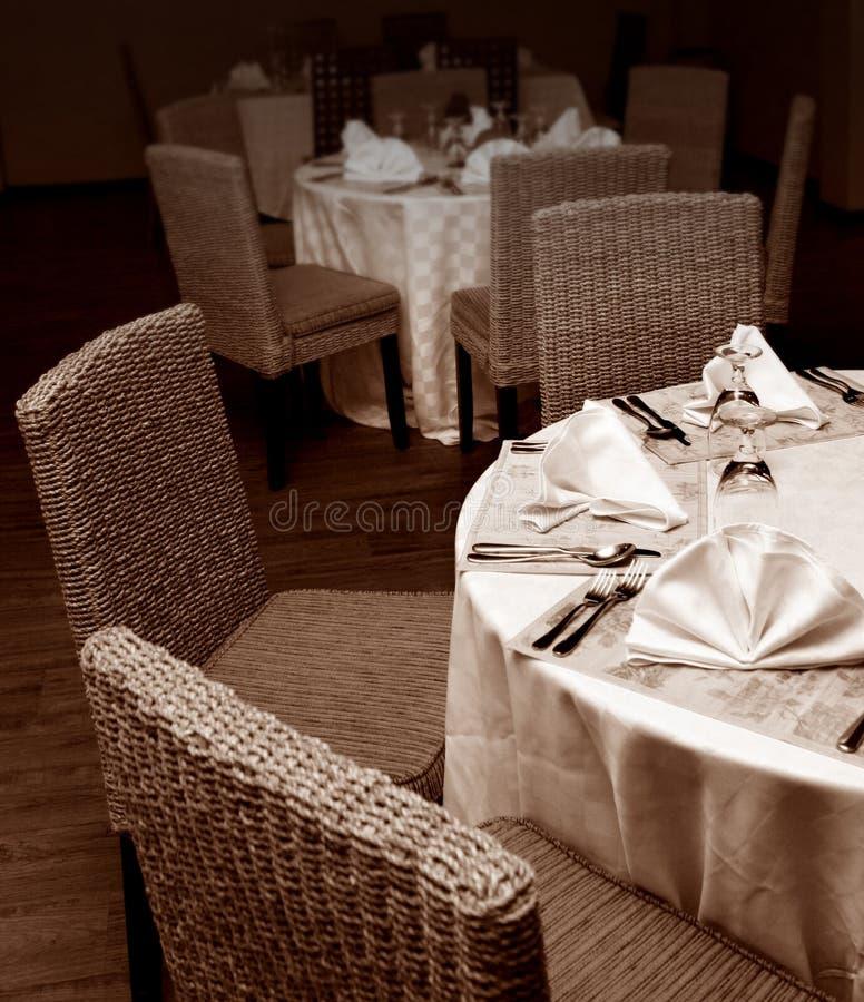ustawianie restauracyjni stoły obraz stock