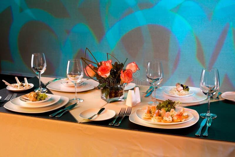 Download Ustawianie stół obraz stock. Obraz złożonej z posiłek - 13334859