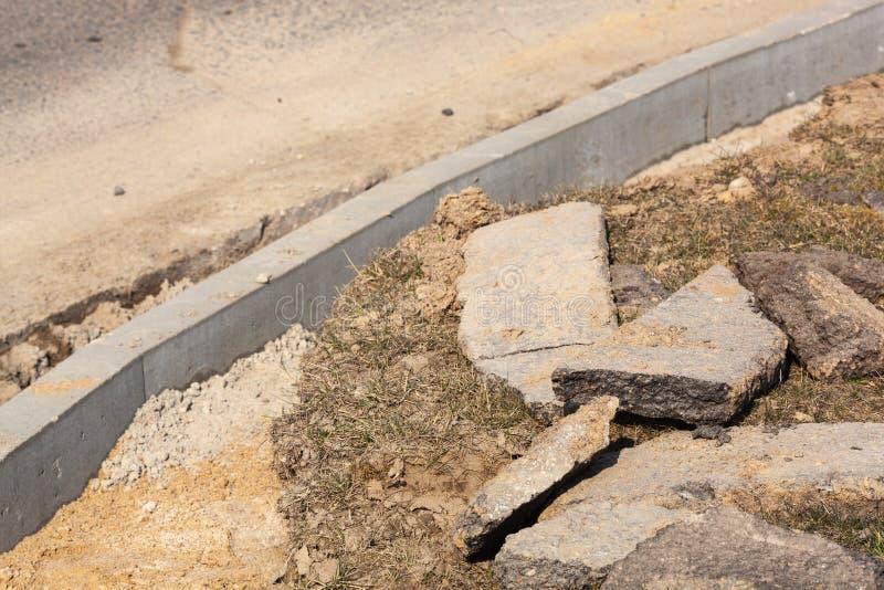 Ustawienie granicy drogi przed układaniem asfaltu Przebudowa chodnika i wymiana starych krawężników obrazy stock