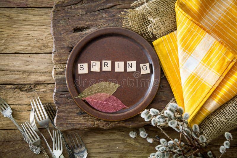 Ustawienie tabeli wiosennych Cutley z drewna zdjęcia royalty free