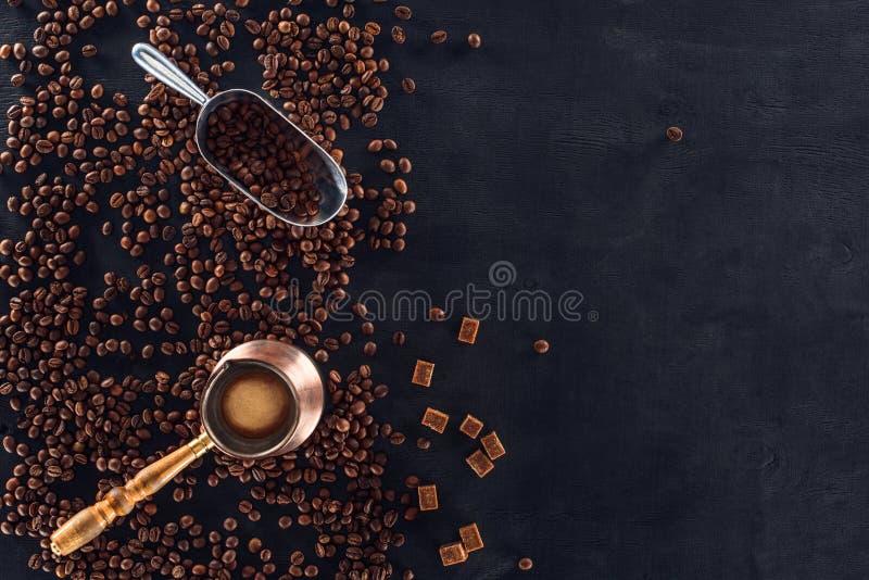Ustawiony kawowy piwowar, metal miarka i piec kawowe fasole na zmroku, ukazujemy się obraz stock