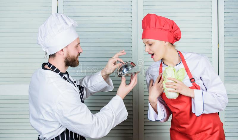 Usted comer? mi comida Familia culinaria Mujer y hombre barbudo que cocinan junto Cocinar la comida exclusiva Únase a gastrónomo imagen de archivo