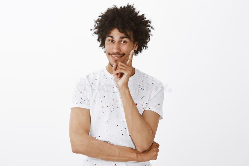 Usted consiguió el punto Retrato del hombre joven feliz contento y encantador con el bigote en camiseta blanca casual, aumentando fotos de archivo libres de regalías