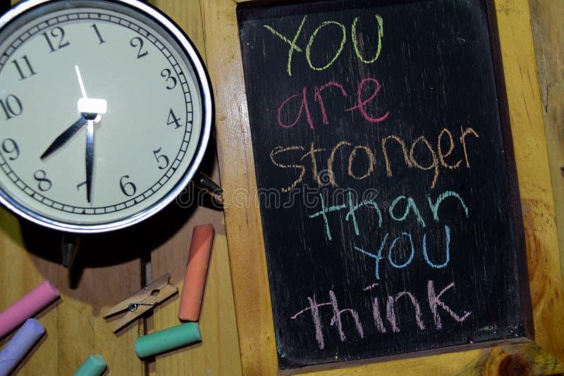 Usted es más fuerte que usted piensa en manuscrito colorido de la frase en la pizarra fotografía de archivo libre de regalías
