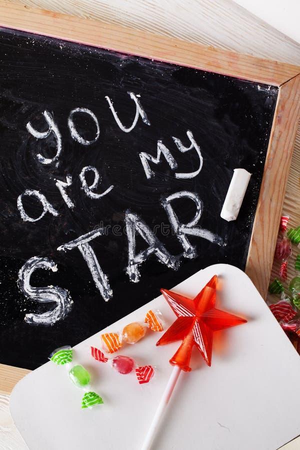 Usted es mi estrella, yo ama, escrito la pizarra con tiza, caramelo, caramelo, vara, día de tarjetas del día de San Valentín, tar fotos de archivo libres de regalías