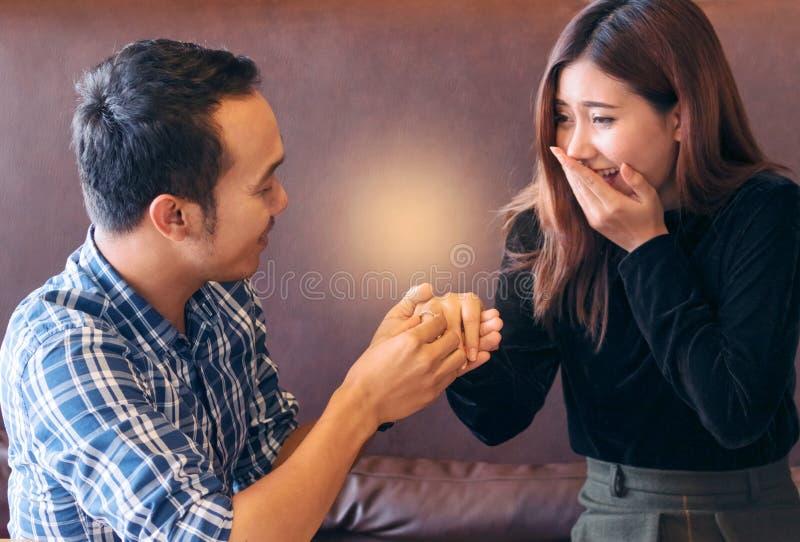 Usted me casará Mujer atractiva sorprendida que mira t foto de archivo libre de regalías