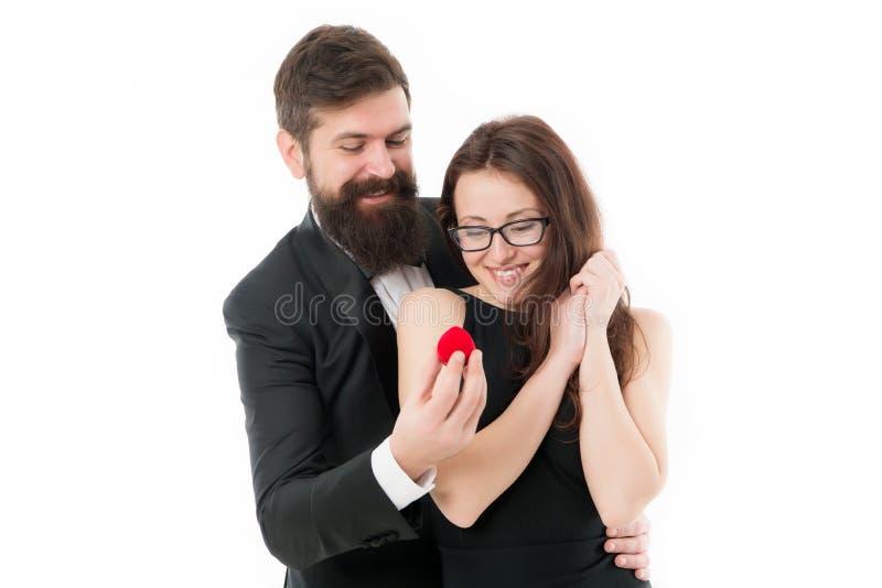 Usted me casar? Ella dijo s? Ideas para la propuesta de matrimonio ?nica Los pares celebran aniversario Esperanza ella le gusta e fotografía de archivo libre de regalías