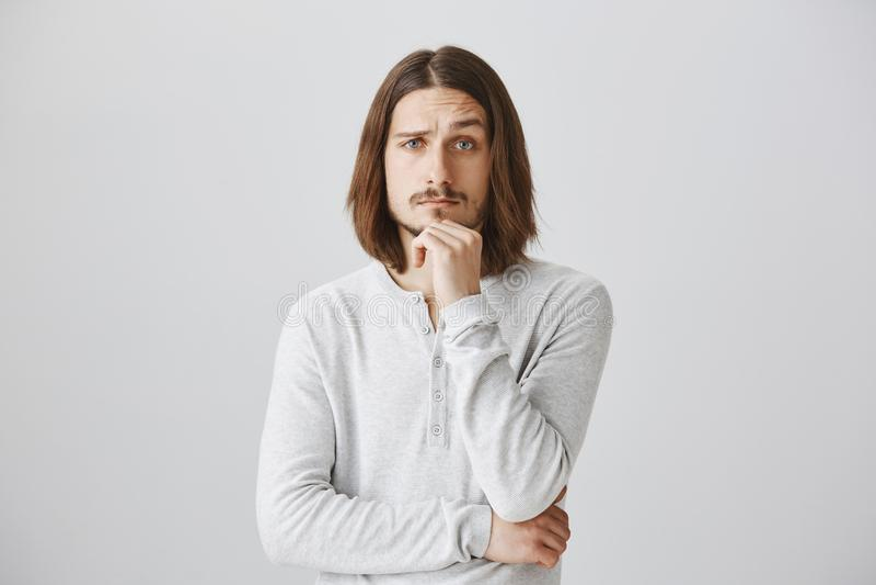 Usted me hizo interesó y curioso, diga los detalles Retrato del varón joven hermoso con la barba y el pelo largo que llevan a cab imagenes de archivo