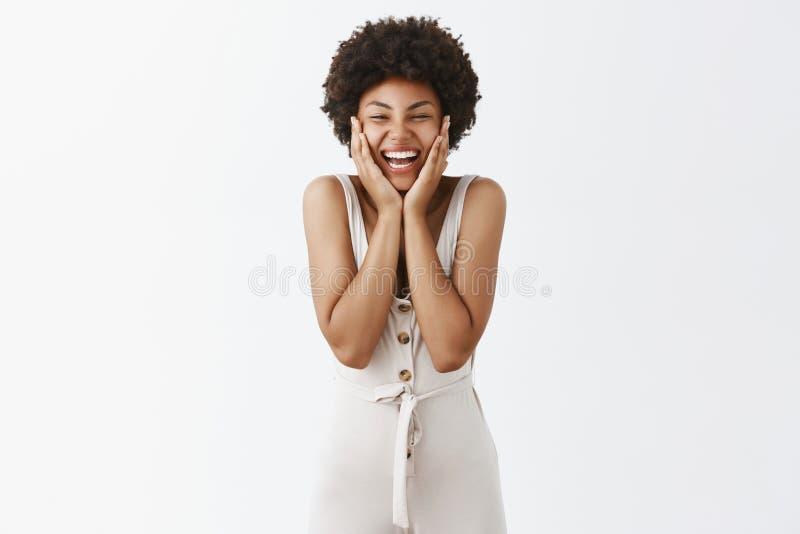 Usted no puede culparme por felicidad Retrato de encantar a la muchacha afroamericana despreocupada con el peinado rizado, sosten imágenes de archivo libres de regalías