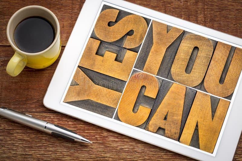 Usted puede sí - texto de motivación en la tableta fotos de archivo