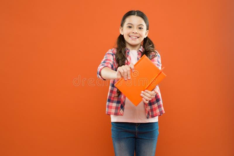 Usted sab?a Alumno con el libro de trabajo Lección de la literatura y de la escritura Colegiala con el cuaderno que hace la prepa fotos de archivo