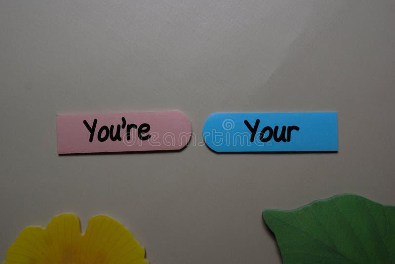 Usted, su escritura en una nota pegajosa aislada en el escritorio de oficina Aprender a usar la gramática adecuada fotografía de archivo