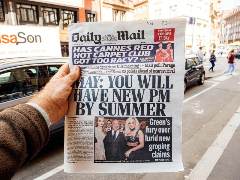 Usted tendrá un nuevo P.M. al lado del correo diario del periódico del título del verano fotos de archivo