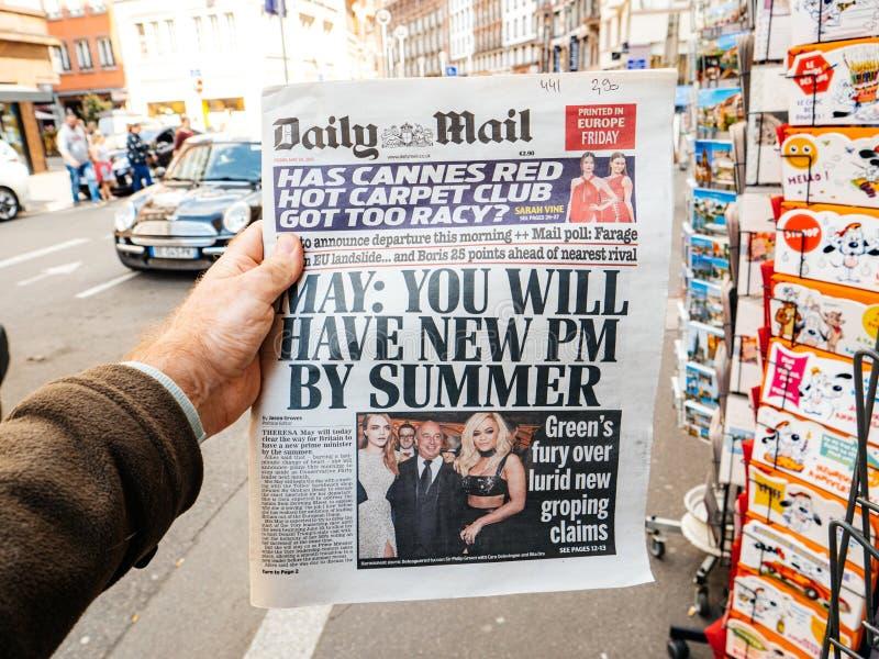 Usted tendrá un nuevo P.M. al lado del correo diario del periódico del título del verano imagenes de archivo