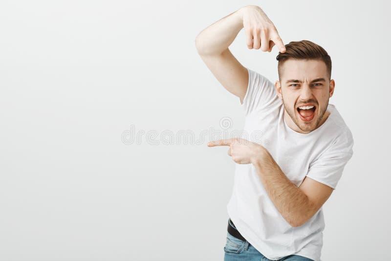 Usted va allí Retrato del hombre machista confiado y emotivo elegante con la cerda y el corte de pelo elegante que señala en la c imagen de archivo libre de regalías