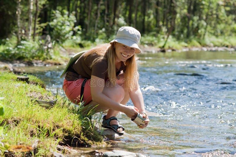 Ustensile de lavage de touristes dans le fleuve images stock