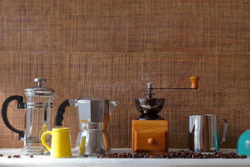 Ustensile traditionnel de fabricant de café pour le style fait maison sur le fond en bois avec l'espace de copie photographie stock libre de droits