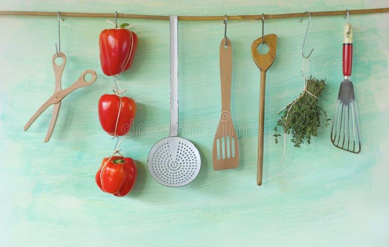 Ustensiles accrochants de cuisine de vintage images stock