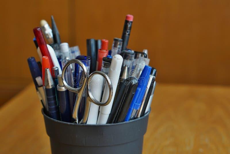 Ustensiles d'écriture dans l'environnement commercial avec des stylos de boule, des barres de mise en valeur et des stylos photos stock