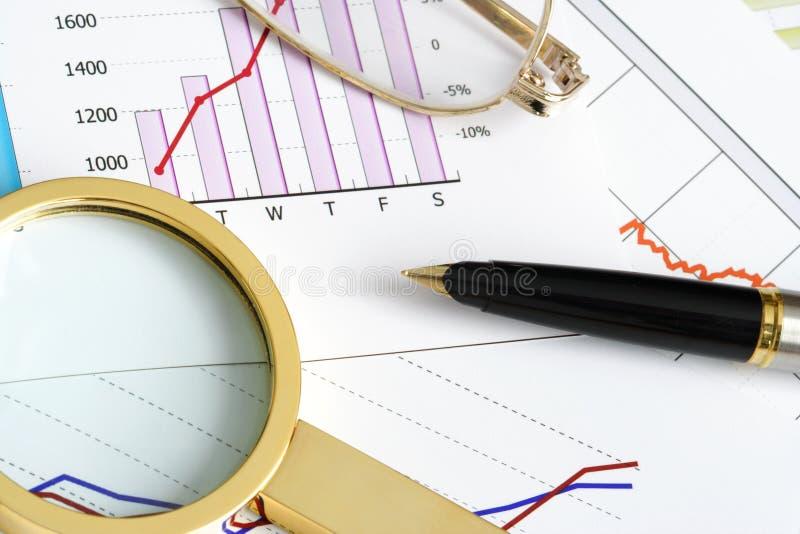 Ustensiles d'écriture sur des documents de Financal photo stock