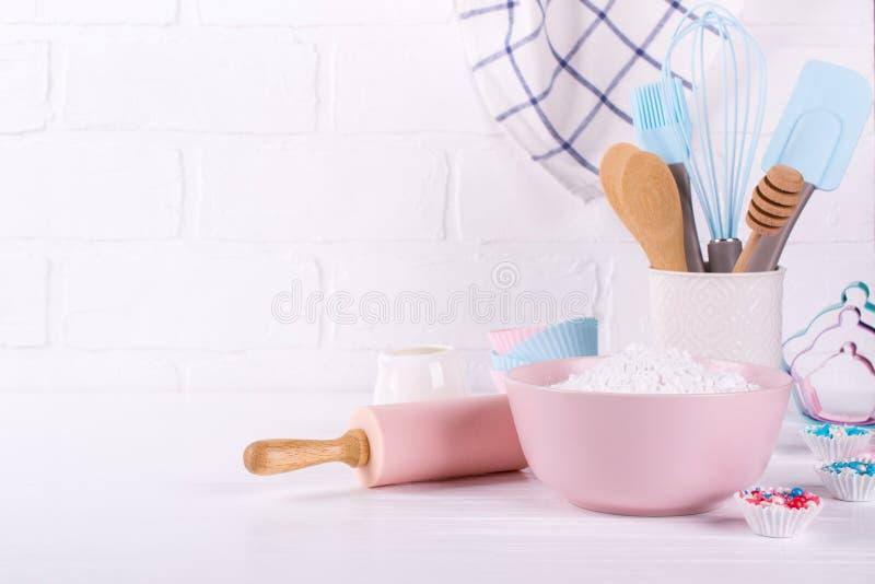 Ustensiles de boulangerie Outils de cuisine pour faire sur cuire au four un fond blanc photo stock