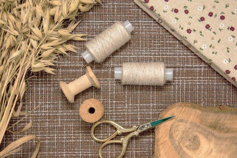 Ustensiles de couture et tissus de couture photos stock
