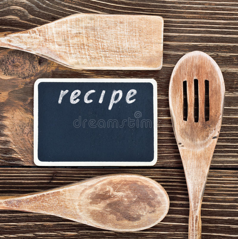 ustensiles de cuisine et un tableau noir pour crire une recette image stock image du. Black Bedroom Furniture Sets. Home Design Ideas