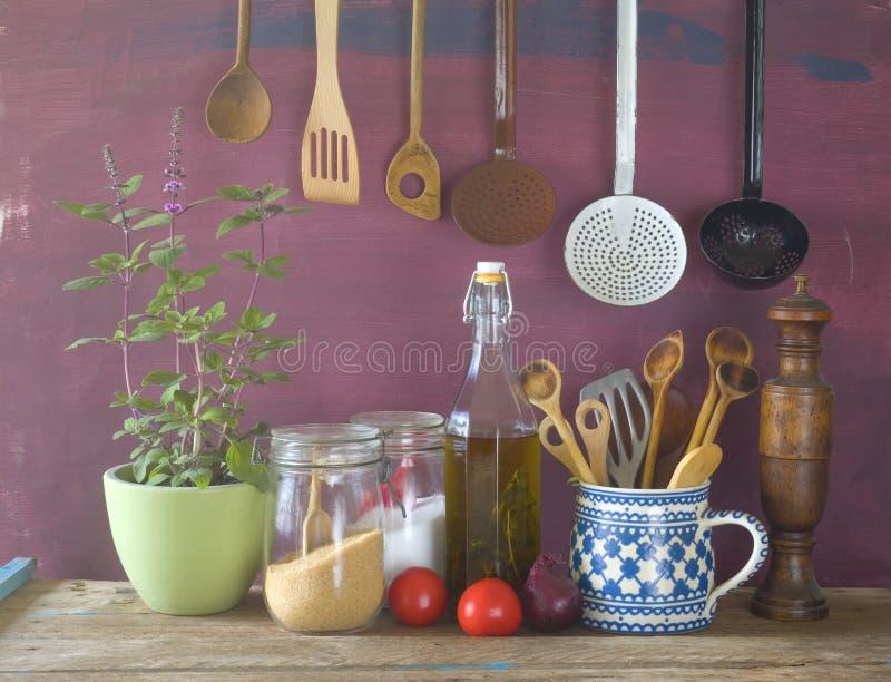 Ustensiles de cuisine, herbes, légumes, de cuisine toujours la vie, faisant cuire photographie stock libre de droits