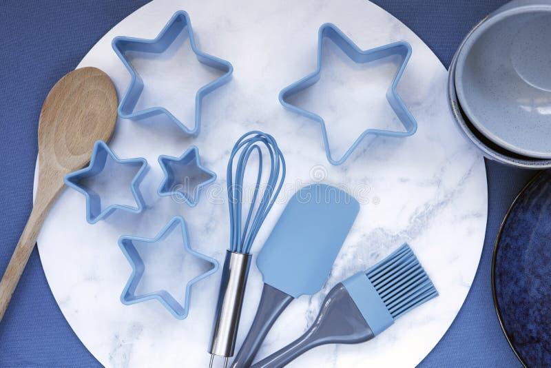 Ustensiles de cuisine Vue d'ensemble sur l'arrière-plan bleu images stock
