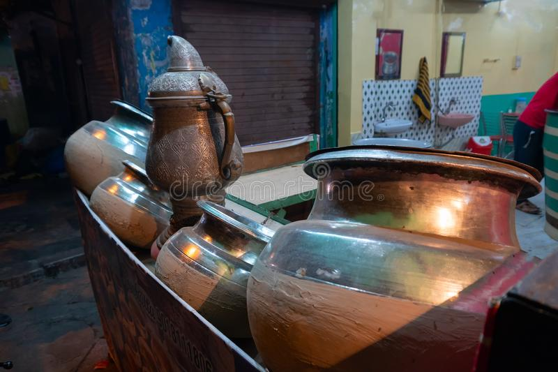 Ustensiles de cuivre de vieux march? de Delhi photo stock
