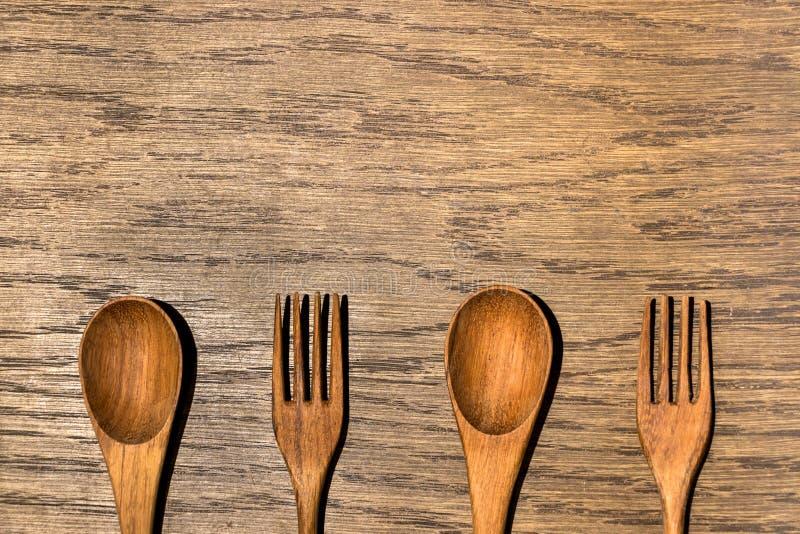 Ustensiles en bois de cuisine à l'arrière-plan en bois de texture photos stock