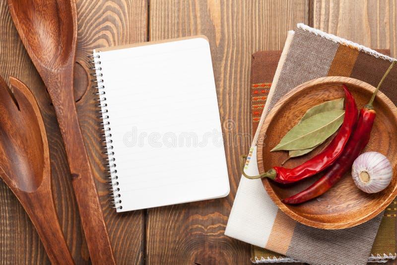Ustensiles en bois de cuisine au-dessus de table en bois photos libres de droits