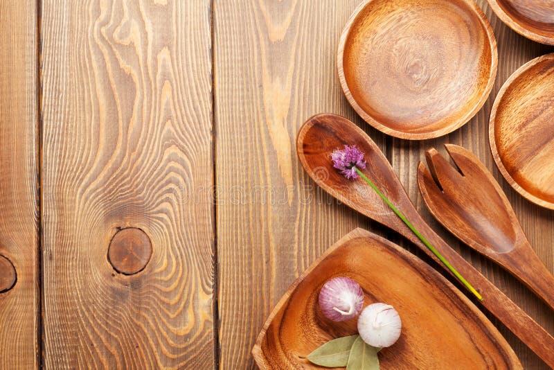 Ustensiles en bois de cuisine au-dessus de table en bois photo libre de droits